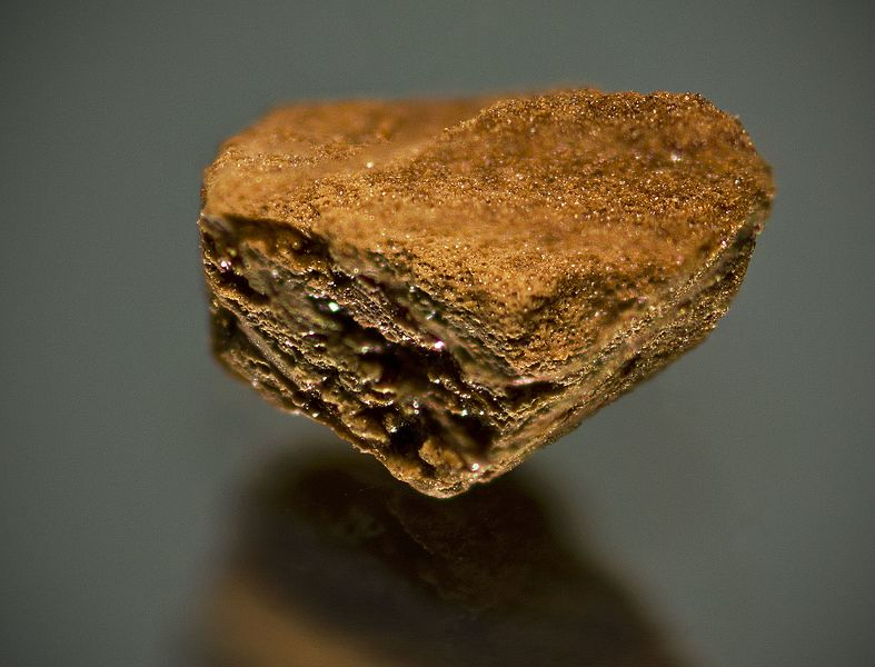 Close-up_of_a_granule_of_Gold_Blend_instant_coffee