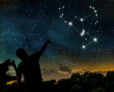 Orion constellation on night sky. Astrology concept. Silhouettes of adult man and child observing night sky. - Illustration(vchal)s