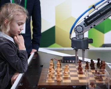 Robot playing chess with a girl in Exhibition Hall Manege during World Rapid and Blitz Chess(StockphotoVideo)S