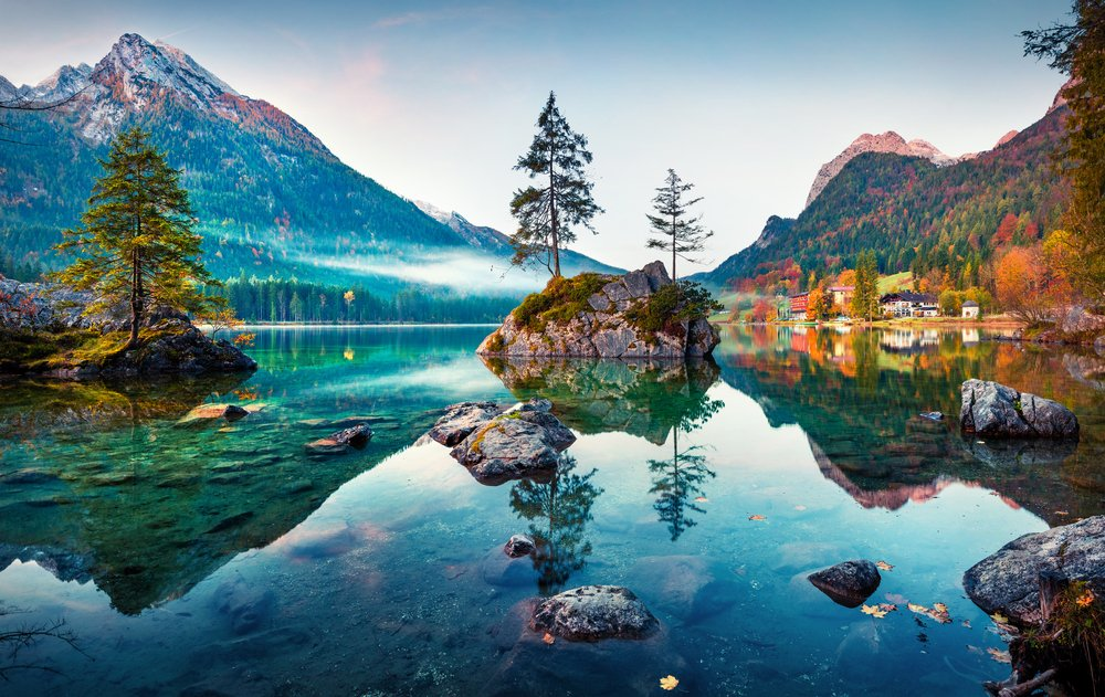 Beautiful-autumn-scene-of-Hintersee-lake