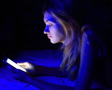 young women using the smart phone on bed before sleep(tenenbaum)s