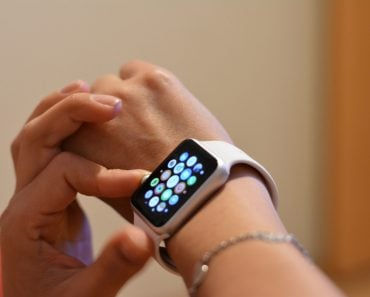 woman-using-apple-sport-watch-on-right-hand_t20_1JeVgg