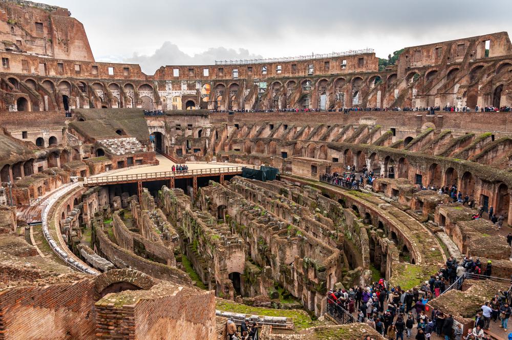 Interior del Coliseo, teatro de los gladiadores del Imperio Romano(AdryPhoto1)s