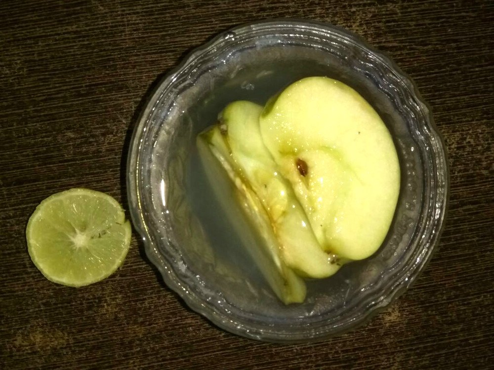 Apple in lemon juice