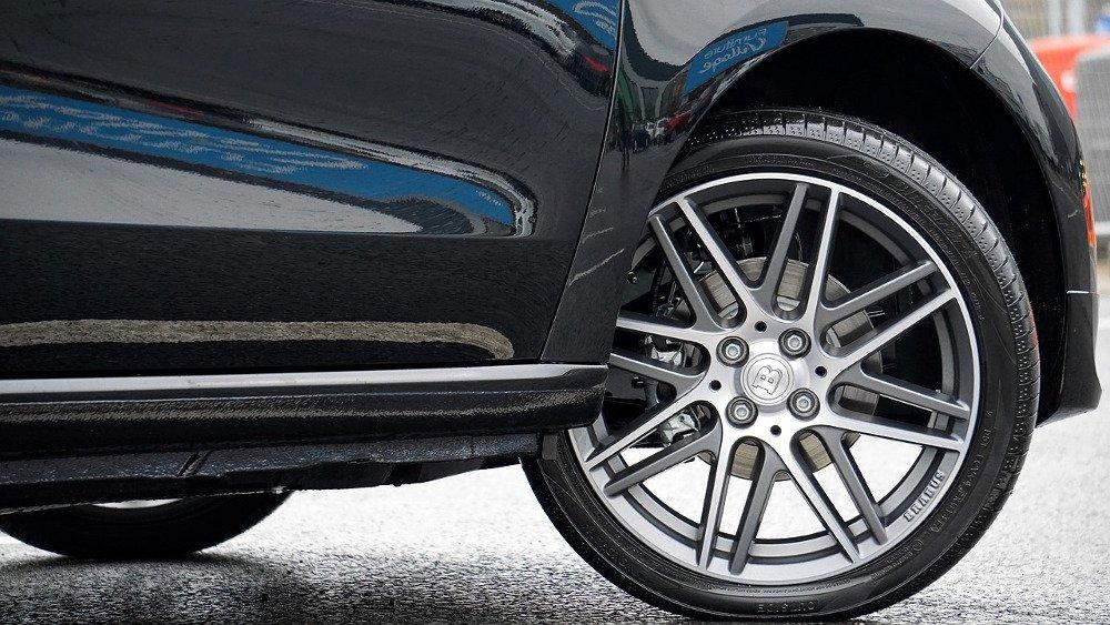 Car wheels turnning close up