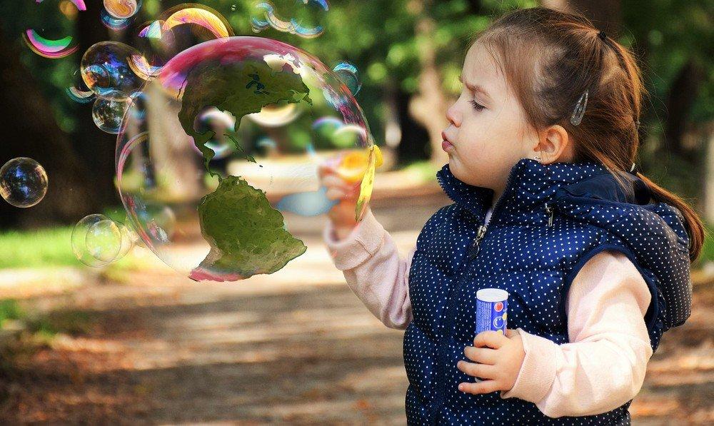 Child soap bubble globe america