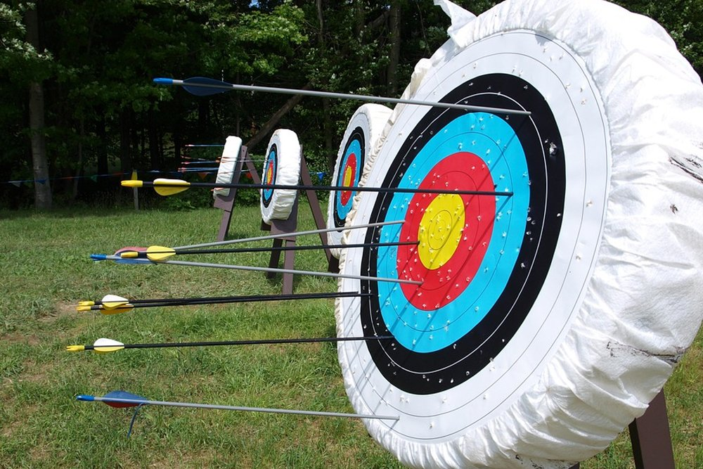 target aim arrows bow quiver
