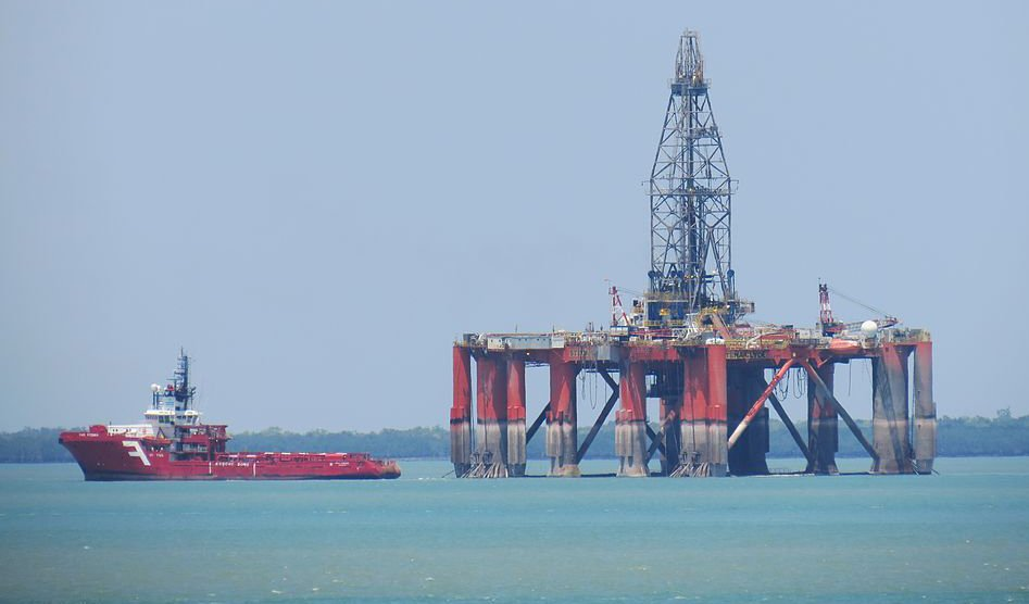 Far_Fosna_towing_the_semi_submersible_drilling_rig