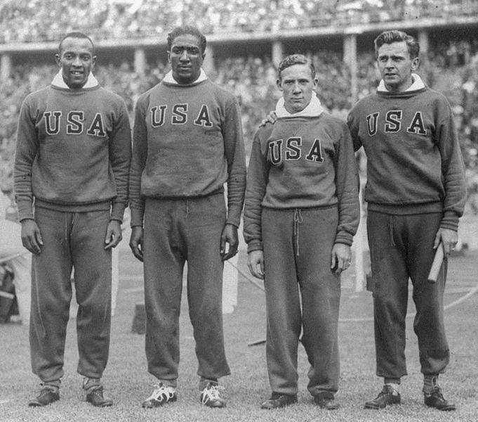 Jesse_Owens,_Ralph_Metcalfe,_Foy_Draper,_Frank_Wykoff_1936