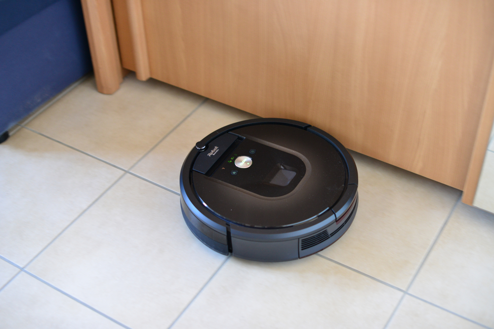 Hanau,Germany2018.02.23 vacuum cleaner robot from iRobot in action. This is the model Roomba 980. - Image( Carlo Emanuele Barbi)S