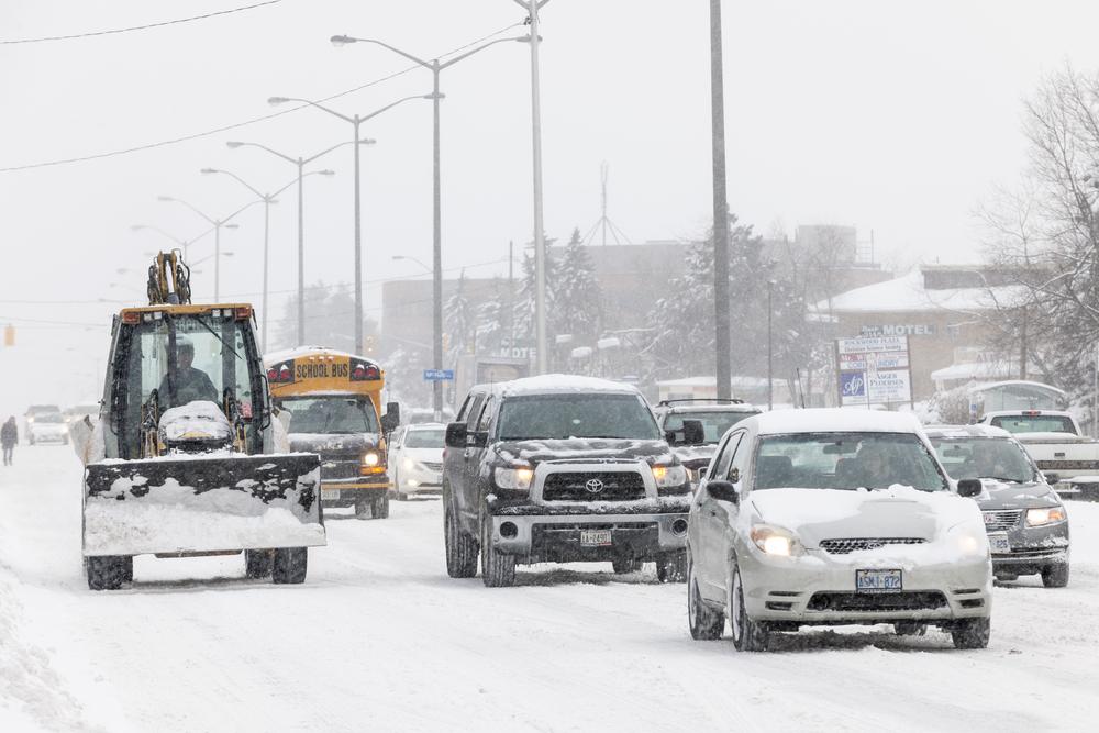 Traffic on Kingston Road during winter snowstorm(Elena Elisseeva)S