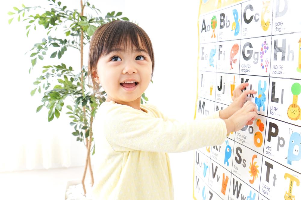 A child studying English(maroke)s