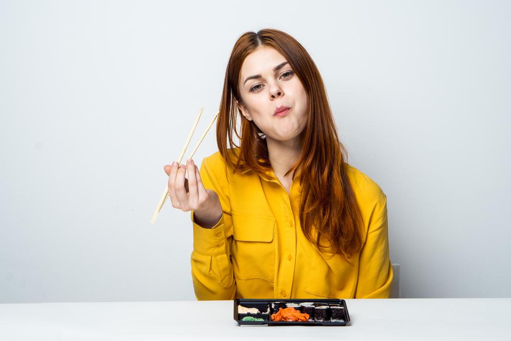 A woman chews food(ViChizh)s