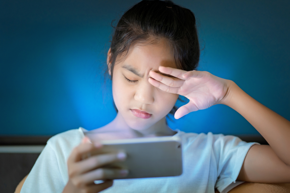 teenage girl hurt her eyes because she played the smart phone in the dark light and the blue light(OHishiapply)s