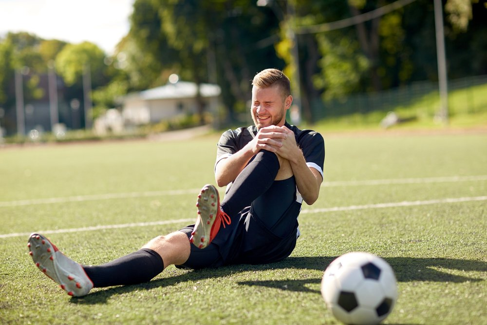 sport, football training, sports injury and people(Syda Productions)s