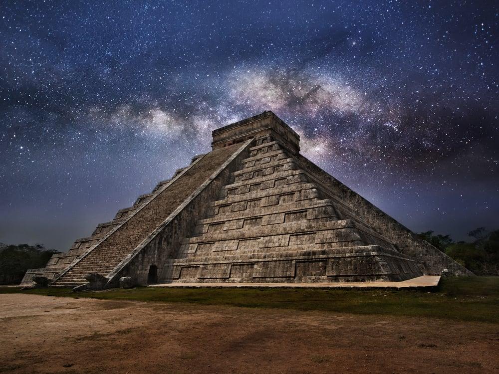 Mayan pyramid of Kukulcan El Castillo in Chichen-Itza (Chichen Itza), Mexico at Night()s