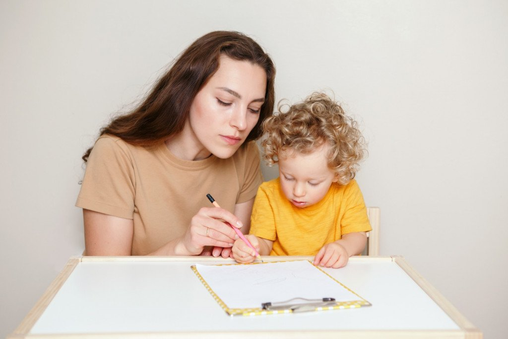 mom-drawing-paper-preschool-creativity-art-family-learning-activity-teaching-mother-parent-kid-hold_t20_8OZO7Q