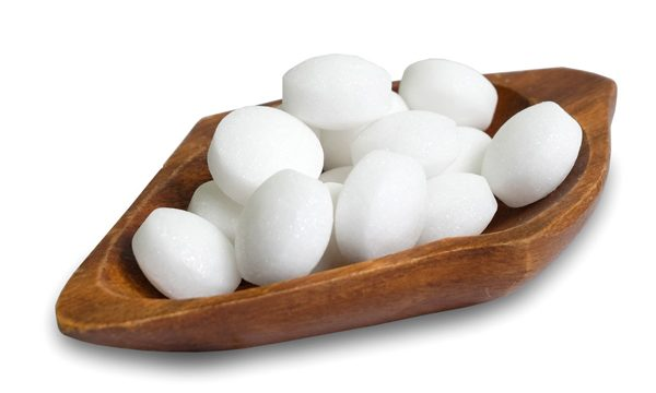 white-naphthalene-balls-in-a-wooden-bowl-isolated-on-a-white-background_t20_nLzKQP