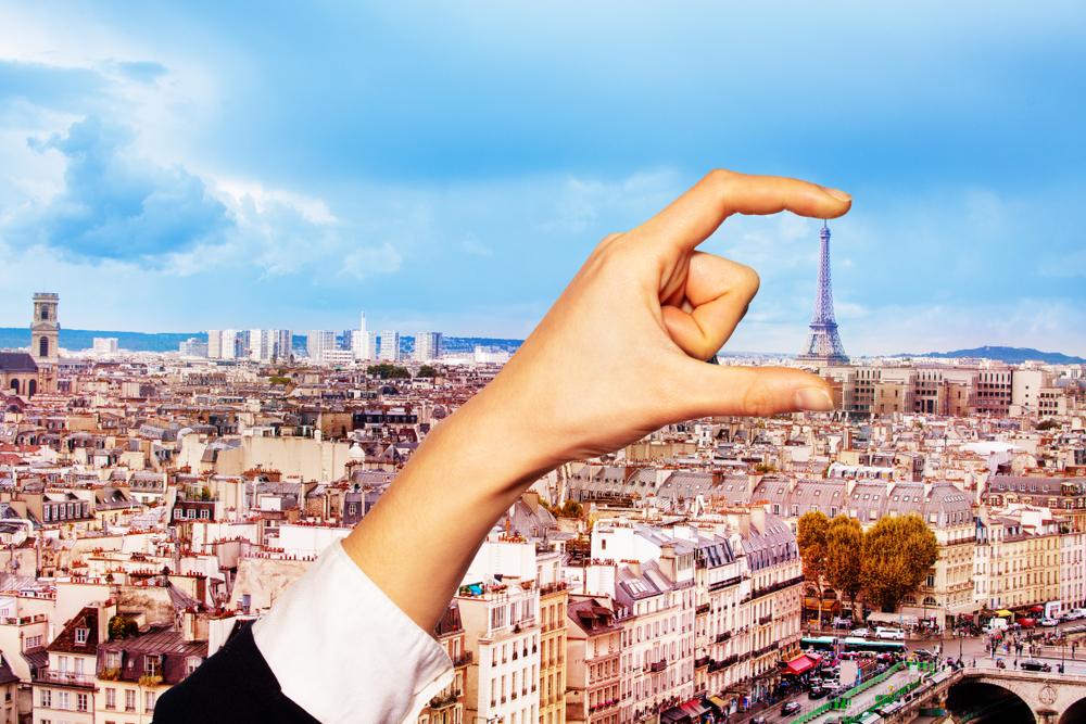 Hand,Hold,Between,Fingers,Eifel,Tower,In,Paris